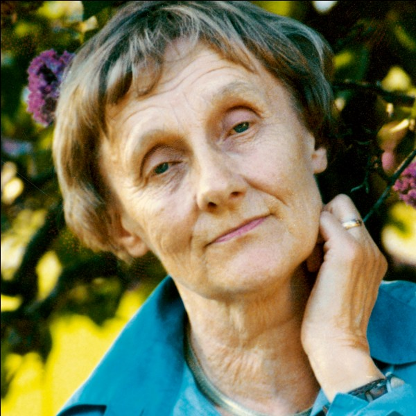 Quelle série de romans dont l'héroïne de neuf ans est rousse, l'auteure suédoise Astrid Lindgren a-t-elle écrite ?