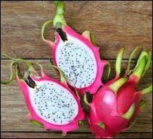 Le fruit présent sur l'image est un pitaya.