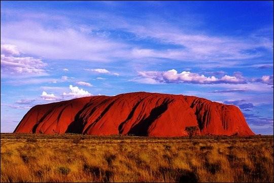 Salut Mamie ! Tu as vu ce gros rocher ? Il se trouve en...