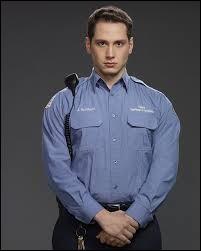 Quelle détenue le gardien Bennett met-il enceinte ?