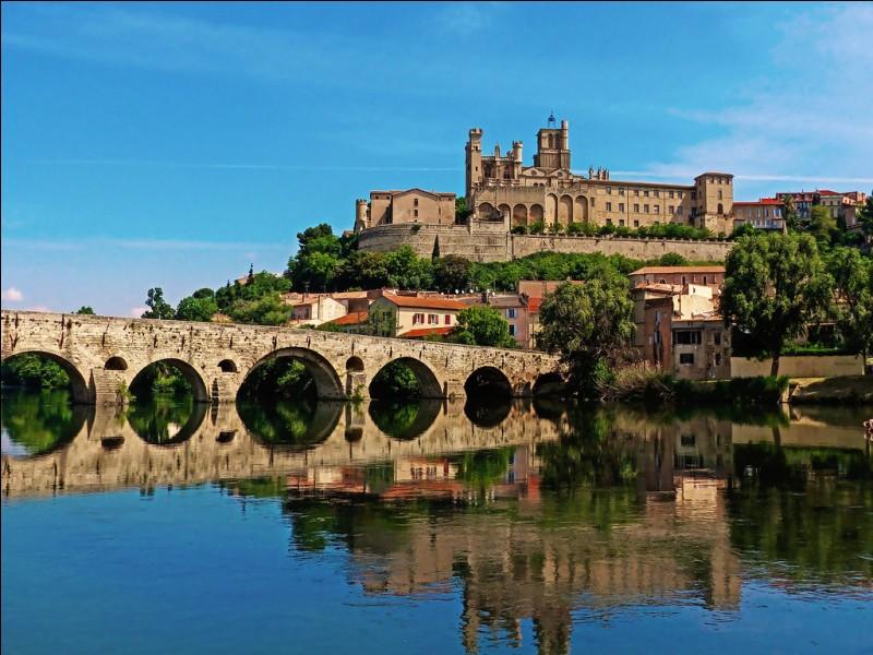 Quelle ville de l'Hérault, une des plus anciennes de France, est connue pour sa feria et son équipe de rugby à XV ?