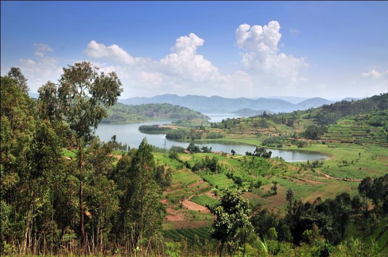 Complétez le surnom du Rwanda : Pays des mille...