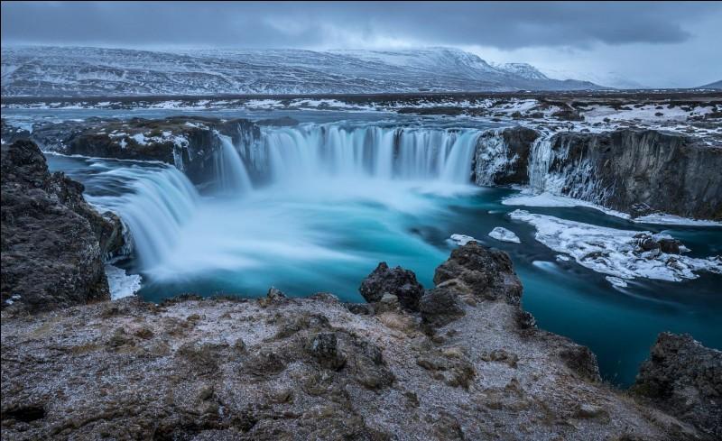 Comment est surnommée l'Islande ?