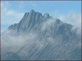 Pays : Indonésie Hauteur : 4 884 mMassif : Chaîne de SudirmanPremière ascension : 1962. Heinrich HarrerQuel est ce sommet ?