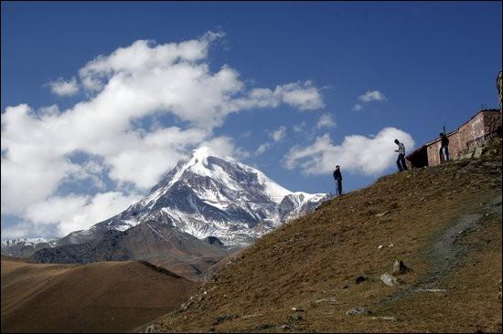 Pays : Géorgie Hauteur : 5 047 mMassif : Chaîne de KhokhPremière ascension : 1868. Douglas William FreshfieldQuel est ce sommet ?