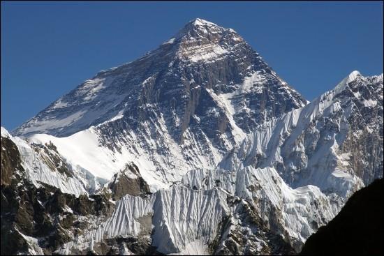 Pays : Népal et Chine Hauteur : 8 848 mMassif : Mahalangur Himal Première ascension : En 1953. Edmund Hillary et Tensing NorgayQuel est ce sommet ?