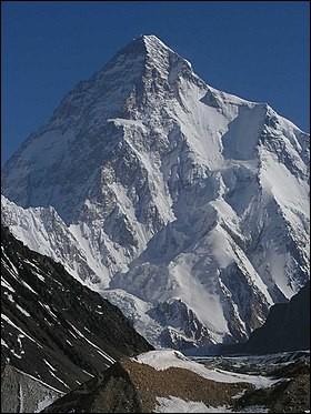 Pays : Chine et Pakistan Hauteur : 8 611 m Massif : Baltoro MuztaghPremière ascension : 1954. Achille Compagnoni et Lino LacedelliQuel est ce sommet ?