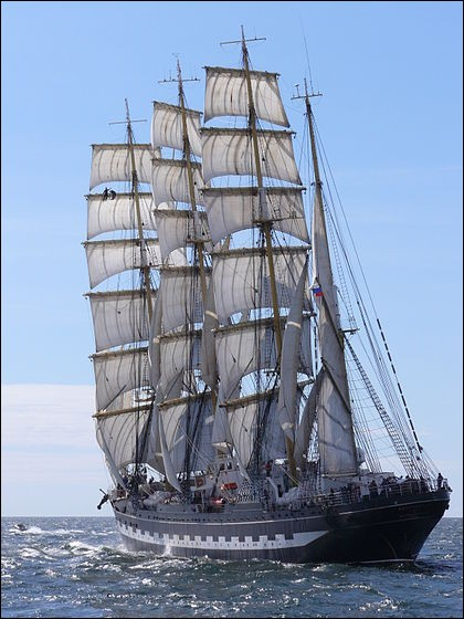 Ce navire a été construit à Bremerhaven en 1926 : c'était donc un voilier allemand, qui fut cédé à la Russie à titre de réparation de guerre. Il demeure un des plus grands voiliers (114,50 m) traditionnels encore en activité.Nommez ce quatre-mâts dont la coque était originellement noire, blanche et rouge :