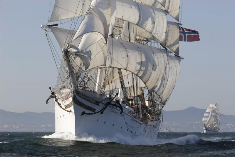 Magnifique voilier construit à Bremerhaven en 1914 : il s'agit d'un trois-mâts qui porte le nom d'un norvégien qui a œuvré pour les navires-écoles. Il a été utilisé par sa nation d'origine, pour former les futurs marins et officiers de sa marine marchande. Sous pavillon norvégien, il a gagné des courses pour grands navires.Quel est le nom de ce voilier de 98 m, qui peut embarquer 190 apprentis ?