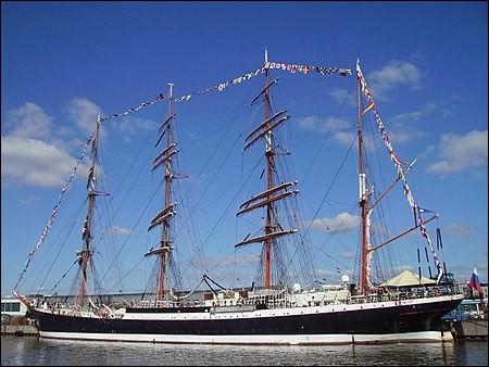 À 117,5 m, il est à la fois le plus grand navire-école au monde et le plus grand voilier russe. C'était auparavant un navire allemand, affecté aux voyages aux long-cours, construit en 1922 dans la région de Brême : il a été accordé à la Russie à titre de dommage de guerre.Quel est le nom de ce vaisseau dont le port d'attache est maintenant Mourmansk ?