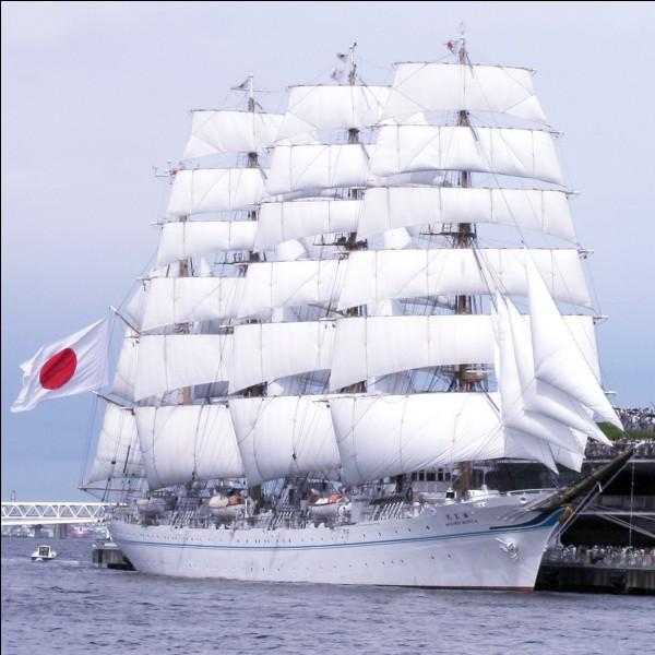 """Ce quatre-mâts de 111m de long, construit en 1989 au Japon, a remporté 4 fois le """"Boston Teapot Trophy"""" qui récompense le voilier couvrant la plus grande distance sur une période de 24 heures. Il peut maintenir une vitesse de 14,2 noeuds.Quel est ce voilier immaculé qui porte l'un des plus beaux gréements ?"""