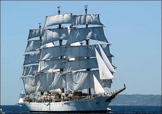 Avec ses 103 m de long, ce beau navire est l'un des plus grands voiliers du monde : cette frégate sert de navire-école à la marine argentine.Quel est ce trois-mâts qui s'est arrêté à Boulogne-sur-Mer, en France, du 22 au 25 Juillet dernier (2019), lors de son 46ème voyage de formation ?