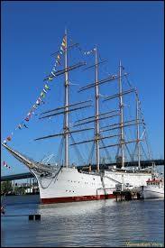 Un beau bateau, ce quatre-mâts, construit en 1906 à Copenhague. De grandes dimensions avec ses 118 m, avec ses 32 voiles dehors, cela donnait 15,5 noeuds (28,7 km/h). En 1909, il établit un record de 15,5 noeuds (28,7 km/h), en transportant une cargaison complète de blé australien et réalisant près de 600 km, en un jour.Quel est ce bateau, sauvé par la Suède et qui sert d'attraction à Göteborg ?