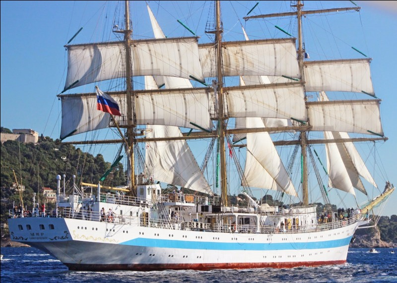 Bâti à Gdańsk en Pologne en 1989, ce navire russe à trois-mâts et coque d'acier, est aussi, avec plus de 109 m, l'un des plus longs. Utilisé comme navire-école, il participe aux ''Tall Ships' Races'' et a gagné en 1992, celle organisée pour les 500 ans de la découverte de l'Amérique.Quel est le nom de ce navire qui peut signifier le mot paix ?