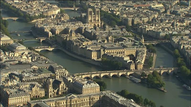 Sur quelle île sur la Seine, la cathédrale Notre-Dame de Paris a-t-elle été édifiée ?