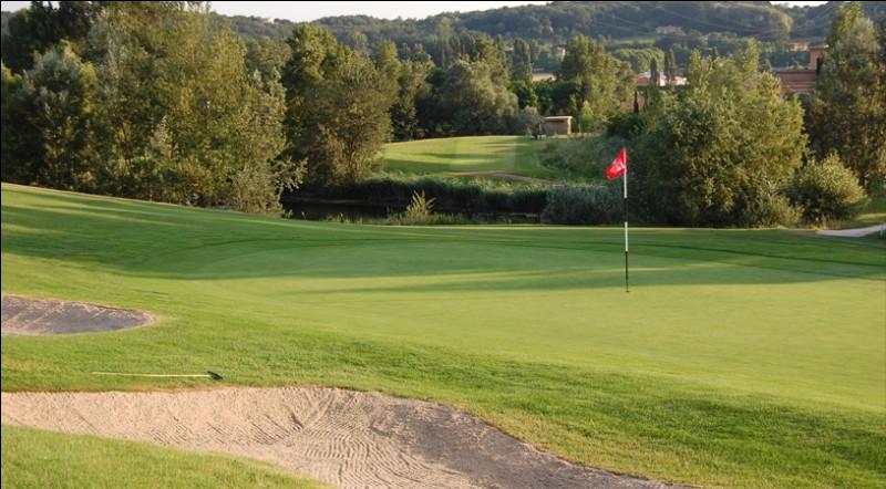 Combien un parcours de golf comporte-t-il de trous généralement ?