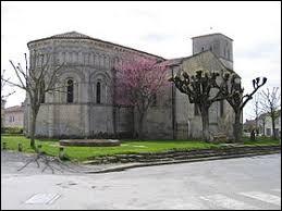 Nous sommes en Nouvelle-Aquitaine devant l'église romane de Rioux. Commune de l'arrondissement de Saintes, elle se situe dans le département ...