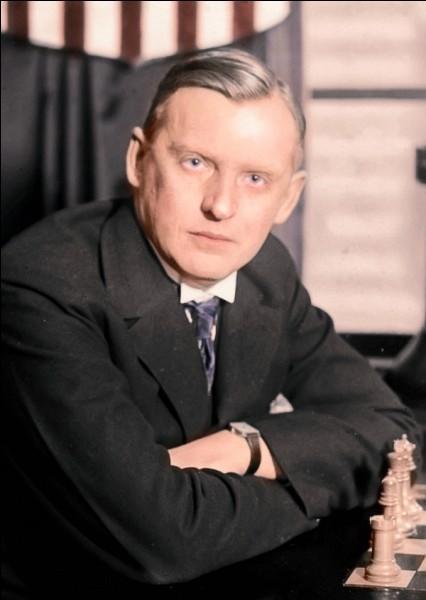 Cette personne est Alexander Alekhine, un joueur d'échecs.