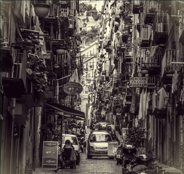 Comment appelle-t-on ces quartiers populaires de Naples, connus pour les ruelles étroites où le linge sèche directement sur le trottoir ?