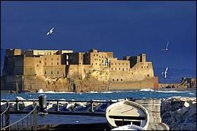 D'après une légende, le Castel dell'Ovo (château de l'Œuf) tient son nom d'un œuf magique, déposé sous les fondations du château par un sorcier afin de soutenir l'ensemble. Quel poète nous rapporte cette légende ?