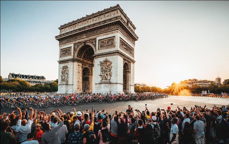Voilà le Tour de France est terminé. Enfin pas tout à fait, il nous reste cette dernière étape assez cérémoniale dans les rues de Paris. Le sprint le plus prestigieux de l'année a lieu sur les Champs-Élysées et les sprinteurs rêvent tous de cette victoire. Lequel d'entre eux va tiré son épingle de jeu ?