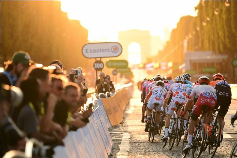 Passons désormais aux résultats des classements distinctifs et commençons par le maillot jaune ! Qui est le grand vainqueur de ce Tour de France ?