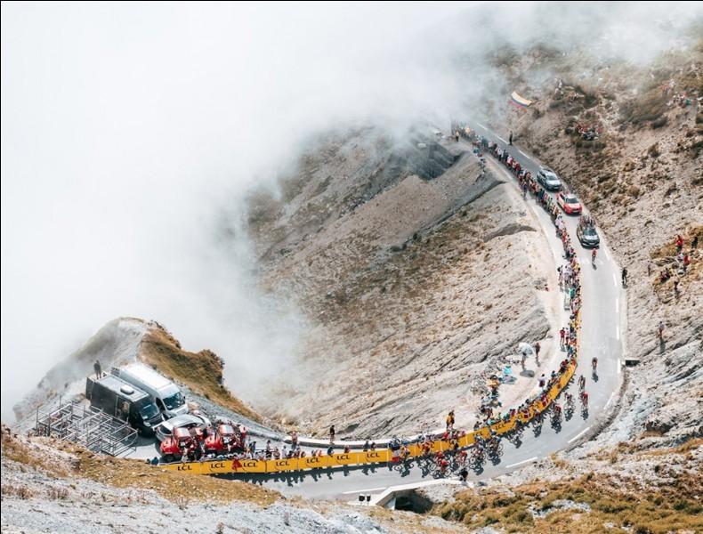 Replongeons-nous dans cette rétrospective du Tour de France 2019. Nous sommes au matin de la 14e étape. Une vraie étape pyrénéenne est prévue avec une arrivée au sommet du col du Tourmalet. Les favoris sont prévenus et la bataille est belle. Qui s'impose au sommet de ce géant des Pyrénées ?
