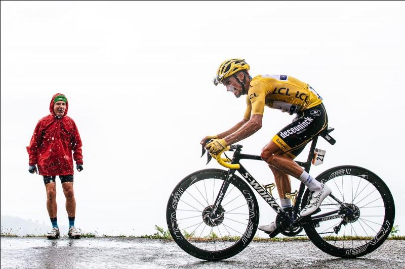 Nous sommes désormais à la journée de repos après 15 étapes intenses. Deux semaines de courses ont déjà eu lieu. Qui est le maillot jaune à ce stade de la course ?