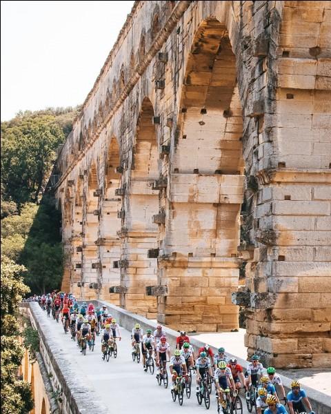 Passons à la 17e étape. Elle part du splendide pont du Gard pour arriver à Gap. Avec quelques petites montées au programme c'est une étape destinée aux échappées. Et l'échappée est effectivement allée au bout avec la victoire d'un coureur très complet. De qui s'agit-il ?