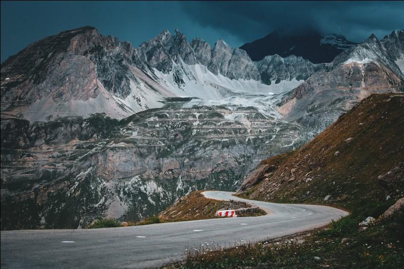 Nous entrons désormais dans les Alpes. Trois étapes très difficiles sont prévues. Et on commence fort ce triptyque avec l'étape 18 de ce Tour de France. Cette étape passe par des cols mythiques comme le col de Vars, l'Izoard ou encore le Galibier. Les coureurs montent à de très hautes altitudes ce qui avantage les purs grimpeurs. Lequel d'entre eux va venir décrocher cette belle étape à Valloire ?