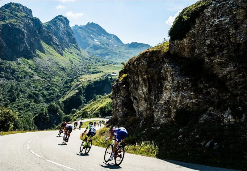 Passons désormais à l'étape 19 qui est sans aucun doute l'étape la plus folle de ce Tour de France. En effet, dès le début de l'étape un des gros favoris de ce Tour abandonne à 90 kilomètres de l'arrivée et va remplir de tristesse de nombreux spectateurs. Qui est ce coureur ?