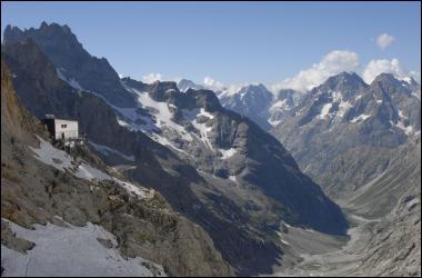 Accroché aux rochers, sur l'arête qui monte à la Meije, voici le refuge du Promontoire. Dans quel parc se trouve-t-il ?
