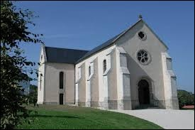 Nous sommes maintenant dans les Pays-de-la-Loire devant la chapelle des Mineurs de Faymoreau. Nous nous trouvons dans le département ...