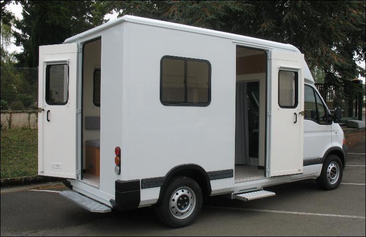 Ce véhicule est équipé de nombreux mobiliers, tel que bureau, casiers, tableau à feutre. C'est donc le bureau du...