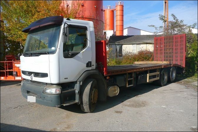 Nous possédons quatre camions de ce type. Ils transportent des engins qui sont incompatibles à la conduite sur route sur de longs trajets. Ce sont des...