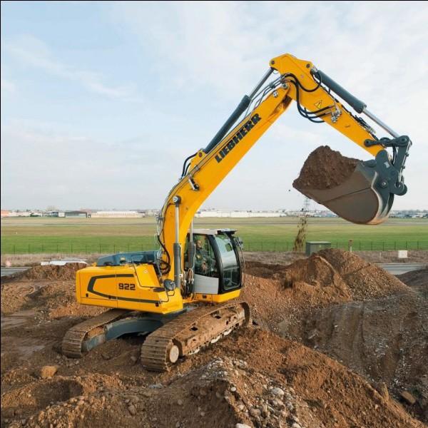 Avec le bulldozer, il fait partie des engins qui sont sur l'un des camions de la question 2. C'est...