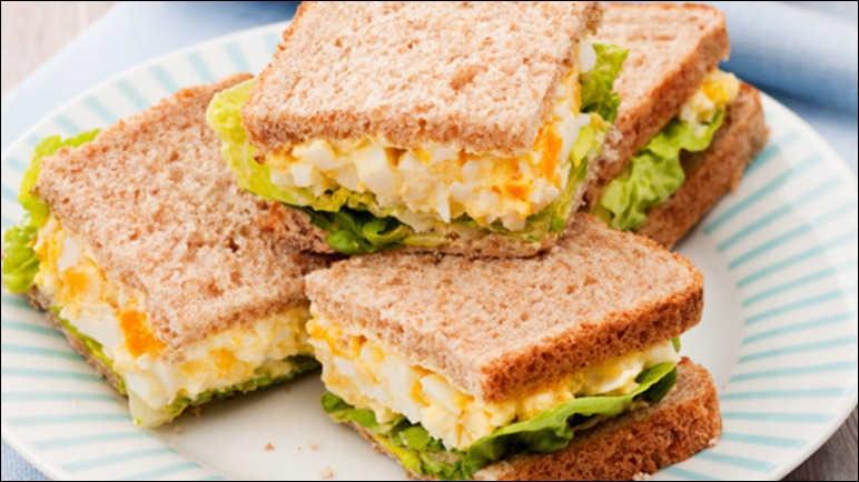 """Complétez la phrase avec le verbe au présent de l'indicatif : """"Elle … un sandwich à la mayonnaise"""" ?"""