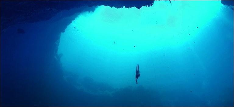 C'est le plus grand trou marin attirant les apnéistes et plongeurs du monde entier. Où se situe cet endroit ?