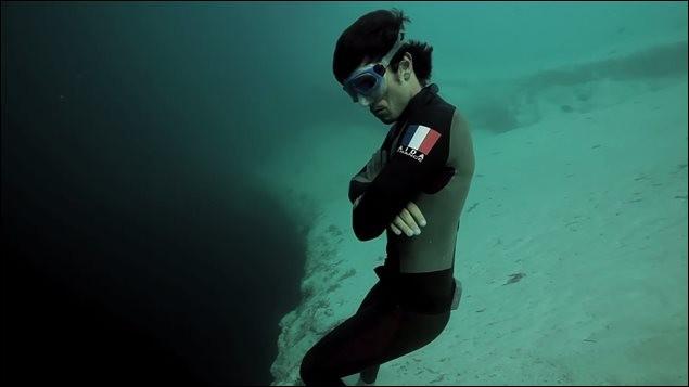 Exceptionnel plongeur niçois, spécialiste de la profondeur et double champion du monde, s'est illustré récemment en réalisant accidentellement la plongée hallucinante la plus profonde de l'histoire à 139 mètres. Qui est-il ?