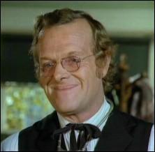 Qui joue le rôle du Dr Hiram Baker ?