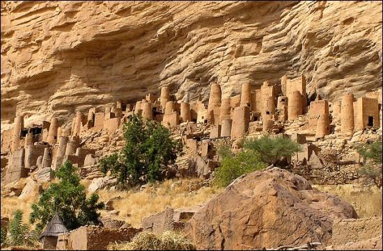 Quel site du Mali est célèbre pour ses anciennes constructions à flanc de falaise ?