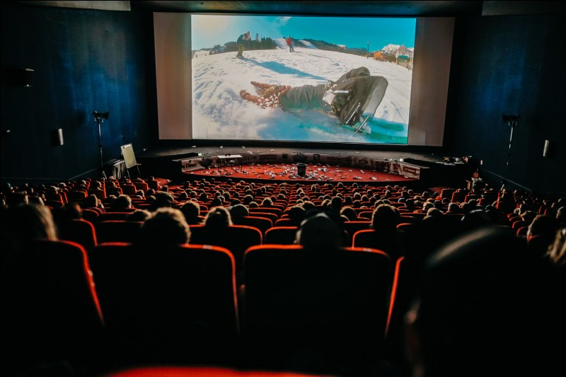 """Termine la phrase : """"We went to the cinema to watch a … """"."""