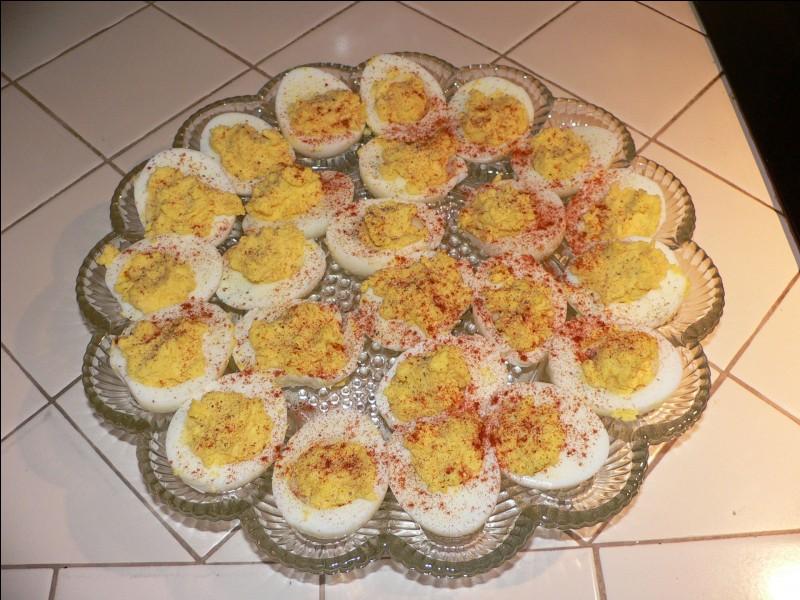 Quelle est cette préparation à base d'oeufs durs coupés en deux dont le jaune est mélangé avec des herbes et de la mayonnaise ?