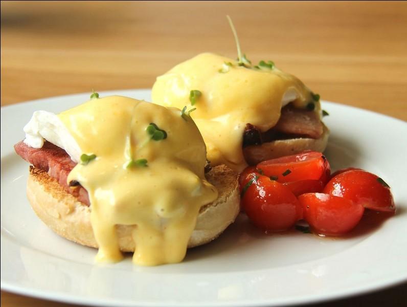 Quel est ce met du Québec à base de jambon, de bacon, de saumon, de tomate, de muffin et d'un œuf poché ?
