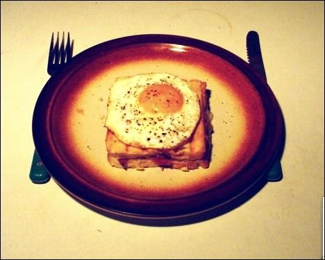 Quel est le nom du sandwich grillé à base de jambon, de fromage et surmonté d'un oeuf sur le plat ?