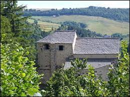 Vous avez sur cette image l'église Saint-Roch de Roche-Charles-la-Mayrand. Petit village Puydômois de 41 habitants, il se situe dans l'ancienne région ...