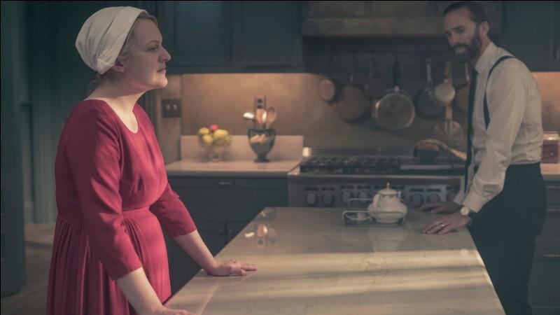 La protagoniste est obligée de vivre sous le même toit en cohabitation avec son agresseur.Il s'agit ici de la série : ...
