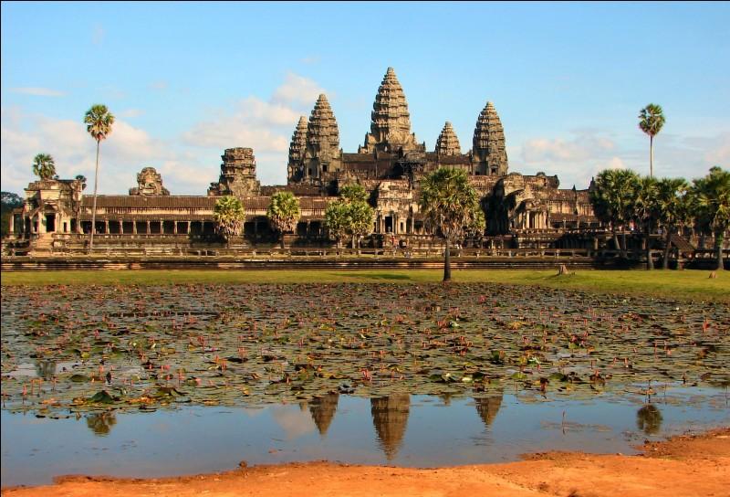 Dans quel pays asiatique se trouve Angkor Vat ?