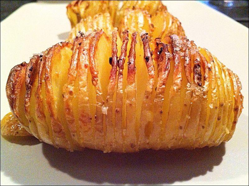 Quel est le nom de cette pomme de terre entaillée et badigeonnée d'huile, d'épices, puis cuite au four ?