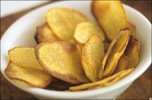 Quelle est cette recette à base de lamelles de pommes de terre salées que l'on arrose d'huile avant cuisson au four ?